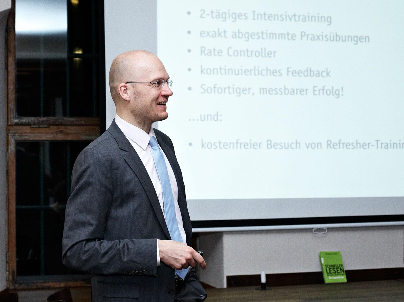 Friedrich Hasse trainiert seit 2003 Speed Reading nach der Improved Reading-Methode in Berlin, bundesweit und international