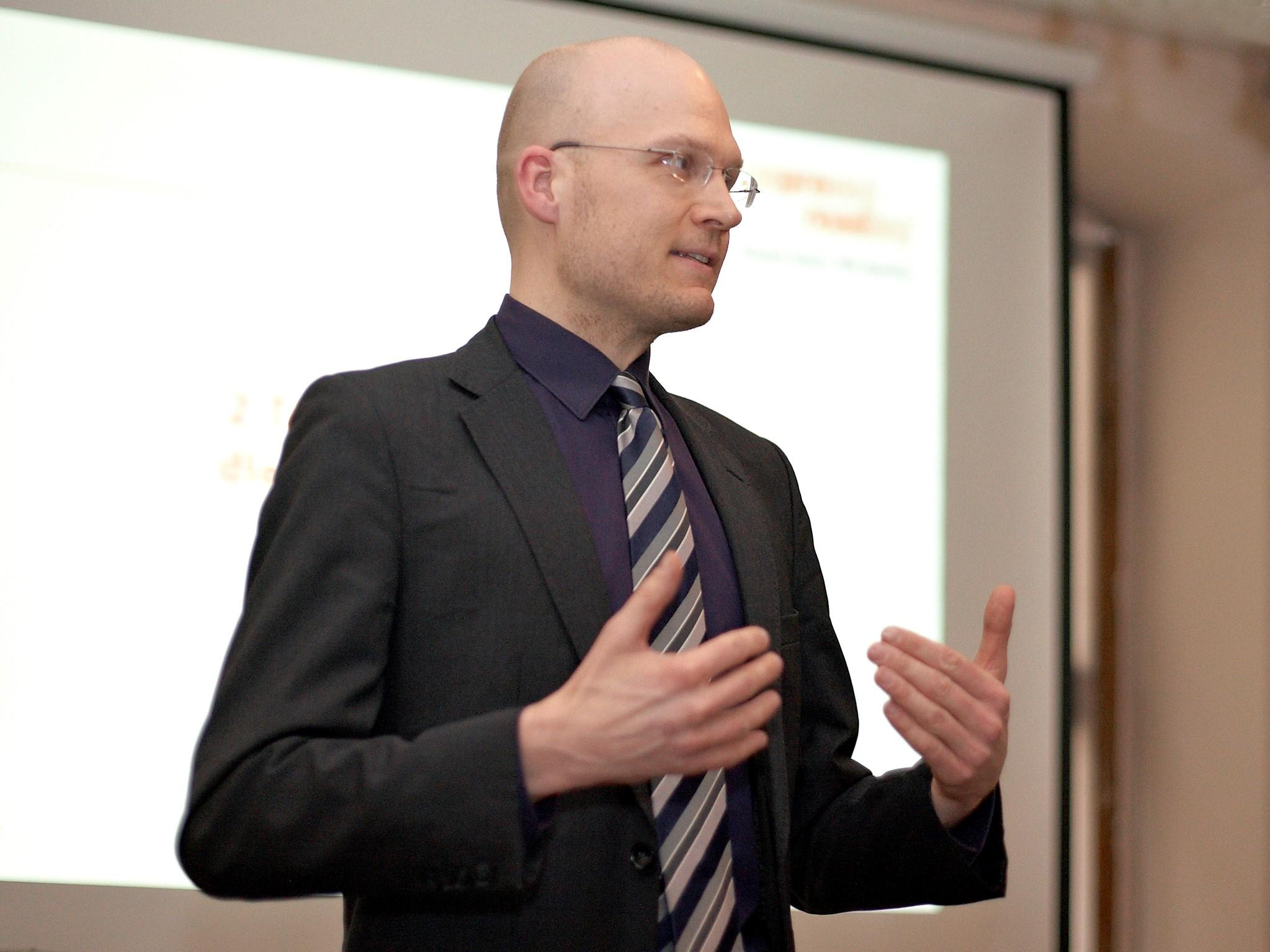 Friedrich Hasse, Speed Reading-Trainer für Improved Reading seit 2003, steht für die Zufriedenheit seiner Kunden ein